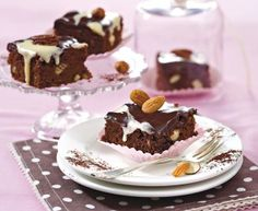 Schoko-Brownies mit Schokoguss Rezept: Butter,Mehl,Nusskernmischung,Zartbitter-Schokolade,Eier,Backpulver,Zucker,Zucker,Schlagsahne,Verzieren