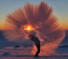 Hotels-live.com/annuaire - Pouring Hot Tea At -40C Near The Arctic Circle During Sunset- Science tells us that hot water turns into a cloud of ice crystals when tossed at subzero temperatures but Ontario based photographer Michael Davies managed capture this phenomenon on camera. This past Sunday just 20km south of the Arctic Circle Davies took these incredible photos of his friend Markus hurling hot tea in -40C weather. Prepared with multiple thermoses filled with tea we began tossing the…