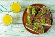 Хлебные тосты с салатом из сельдерея, огурца и творога