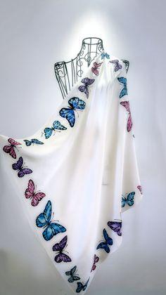 ¡ Hola! Esto es 100% pura seda y un único pedazo de arte vestible de pintada a mano.  El pañuelo de seda mariposas elegante representan el conjunto de detallado dibujadas mariposas artísticas en diferentes colores.  Las dimensiones de este pañuelo de seda medio son 70 m x 70 cm, approx.28 x 28. La bufanda es con el dobladillo cosido mano. La seda es muy hermoso 100% natural y delicada seda satén.  Colores establecen profesional proceso de vaporización, por lo que el tinte seda enlaza con las…
