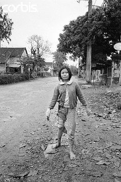 10 Feb Hue, South Vietnam --- A sobbing Vietnamese girl hobbles down a Hue Street after being treated for wounds she suffered when her home came under fire Robert Kennedy, Martin Luther King, American Pride, American History, Vietnam War Photos, North Vietnam, Us Marines, Thing 1, Military History