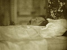 Prince Albert on his deathbed in the blue room at Windsor Castle. After Albert's death, Queen Victoria went into a lifelong of mourning. Queen Victoria Family, Queen Victoria Prince Albert, Victoria And Albert, Memento Mori, Reine Victoria, Post Mortem Photography, Princess Beatrice, Queen Of England, British Monarchy