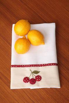 Pano de prato em sacaria alvejada barrado em tricoline, 100% algodão bordado tricoline, 100% algodão as cerejas são botões forrados com tecido R$ 20,45
