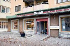 Enskede bibliotek ligger i Dalens centrum en minuts gångväg från Sandsborgs tunnelbanestation.