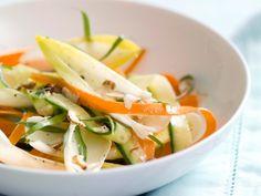 Witloofsalade met wortel, komkommer en hazelnoot - Libelle Lekker!
