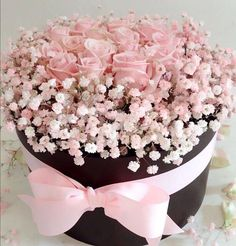 floral arrangement in hat box with pink and white baby's breath. Hat Box Flowers, Flower Box Gift, Flower Hats, Flower Boxes, Amazing Flowers, Pink Flowers, Beautiful Flowers, Elegant Flowers, Rosa Pink