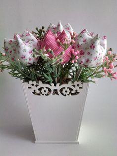 As Tulipas representam o amor perfeito, a sensibilidade, a paz e a lealdade. As suas Cores podem adequar-se a qualquer estilo e a sua presença torna tudo mais suave, dando um toque de elegancia e charme a qualquer ambiente.  Ideal para decorações de ambientes em geral, quartos infantis, ornamenta... Cloth Flowers, Fabric Flowers, Diy Sewing Projects, Projects To Try, Diy And Crafts, Crafts For Kids, Handmade Decorations, Flower Crafts, Flower Pots