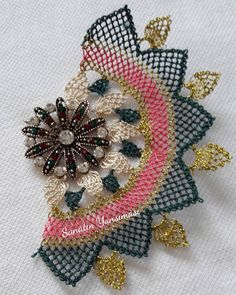 This Pin was discovered by Sev Needle Lace, Diy And Crafts, Brooch, Jewels, Crochet, How To Make, Fashion, Lace, Necklaces