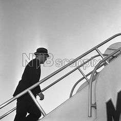 1961. 25 Mars. By Henry BURROUGHT. President John Kennedy boards a jet plane at Andrews Air Force Base, Maryland near Washington, for a flight to Palm Beach, FL. He is scheduled to fly from there to Key West, FL., on March 26, for a conference with British Prime Minister Harold Macmillan on âä The serious situation in Laos (AP Photo/HB)