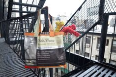 DIY: Make Stylish Tote Bags Out Of Your Unwanted Dog Food Bags - DesignTAXI.com