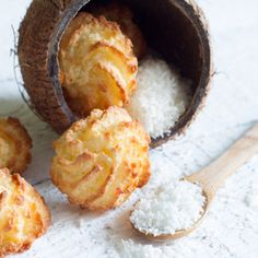 Bring some delicious coconut macaroons to share with that friend who has a sweet tooth! Macaroons are a great treat, filled with coconut goodness. Coco Cookies, Biscotti Cookies, No Bake Cookies, Yummy Cookies, Cookie Recipes, Snack Recipes, Gula, Macaroon Recipes, Comida Latina
