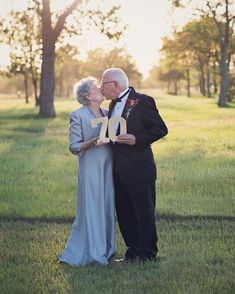 Couple Takes Their Wedding Photos After 70 Years Of Marriage And Proves Love Can Last Forever Wedding Anniversary Pictures, 60th Anniversary Parties, 25th Wedding Anniversary, Older Couple Photography, Friend Photography, Maternity Photography, Photography Poses, Family Photography, Shooting Photo Famille
