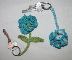 """Keychain """"squiggleflower"""". Free pattern in Swedish and English by Ateljé Virkpia. Thanks so for share xox"""