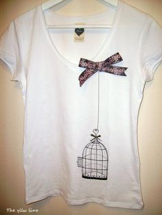 Vist aquí: http://theyllwline.blogspot.com.es  Buscant idees per a reciclar una samarreta blanca del nen, amb unes taques que no marxen. Properament li anirà bé a la nena...