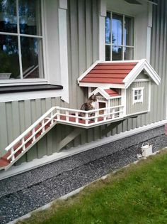 Why is using a dog house a good idea? Most people tend to have the misconception that dog houses are meant for only those dog owners who intend to keep their dogs outside. Future House, My House, Niche Chat, Outdoor Cats, Outdoor Decor, Cat House Outdoor, Outside Cat House, Outdoor Cat Shelter, Cat Enclosure