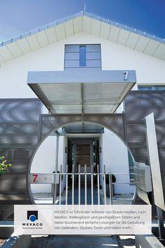 Starke Architektur steht in Waldaschaff nahe Aschaffenburg. Architekt Hans Piasny schuf mit Lochblech eine eindrucksvolle Konstruktion. Sogar Passanten klingeln, um für die gelungene Kulisse zu gratulieren. Mehr unter http://www.mevaco.de/fascination-19 #MEVACO #Vordach #Aluminium #Lochblech #FaszinationNo19