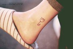 * 발목. 튤립. 꽃. 낙서. 디자인. 라인. 타투. 타투이스트 서언. : 네이버 블로그 Small Tattoos, Fish Tattoos, Skin Art, Tattoo Female, Tatoo, Small Tats, Little Tattoos, Mini Tattoos, Small Tattoo