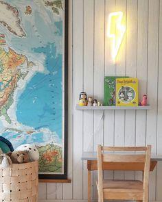 Niin kuin kaikissa projekteissa tuppaa käymään niin tässäkin yksi asia johti toiseen. Kartta tuli ja pulpetti (ja leikkikeittiö) joutuivat maalaukseen. #kirppislöytö #koulukartta #neonvalo #tiitiainenjatyllero #pärekori #tiipii #lastenhuone #pulpetti #tauluhylly #vähägoto #puutalo #ruotsalaistalo #instablogit @instablogitfinland