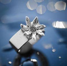 Virágos ezüst gyűrű. Szilas Judit, ötvös. Egyedi ékszerkészítés. Mail.: szilasjudit@gmail.com , www.szilasjudit.hu