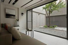 patio cerrado con jardin zen