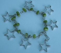 Pulseira verde feita com pedra reconstituída e pingente estrela. R$ 3,50