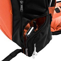 스마트폰 또는 usb, 물병, 열쇠, 캐이블 등 쉽고 빠르게 꺼내 사용할수 있도록 가방 양쪽의 2개의 사이드포켓을 가지고 있다. 또한 헤드폰 케이블등이 꼬이지 않도록 케이블아울렛을 갖춘 센스가득한 편의 디자인이 특징이다.