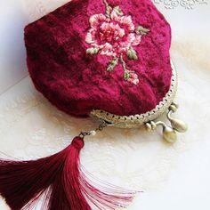Бархатный кошелёк с ручной вышивкой в наличии! Выполнен из винтажного плюша, имеет яркий и насыщенный вишневый цвет. Декор: ручная вышивка, с добавлением бисера и шелковая кисть. Очень красивый аксессуар с винтажной ноткой, в тоже время в тренде последних новых, модных тенденций 🌹💕✨ #кошелёксвышивкой #винтаж #кошелёк #embroideredbags #accessories #handmade #handmadebag #embroidery #вышивка #velvetpurse #vintage