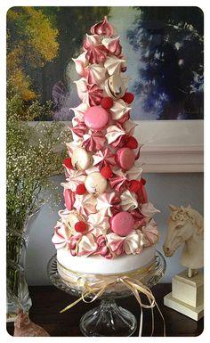 Meringue and Macaron t Mini Desserts, Christmas Desserts, Christmas Baking, Christmas Cookies, Pear And Almond Cake, Almond Cakes, Bolo Macaron, Beautiful Cakes, Amazing Cakes