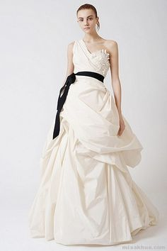 Elegant Vera Wang Bridal Wedding Dress Sample Sale BridesMagazine co uk