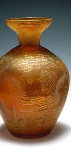 Bruno Mauder, Fachschule für Glasindustrie und Holzschnitzerei Zwiesel, um 1910. Farbloses Glas, in Grüngoldtönen mit Oxiden gebeizt und silbrig bemalt.