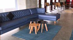 Así son los nuevos espacios en los edificios en México. Sofá. Juego de mesas auxiliares. Tapete. Encuentra dónde comprar este diseño y Producto en Colombia.