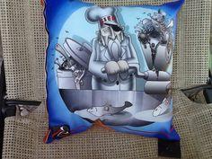 Cuscino pescatore disegnato da Simone Lucchesi . Un cuscino personalizzato CASTèSTYLE  è un regalo originale , perfetto per ogni occasione