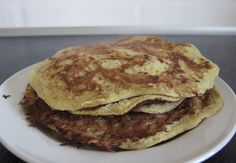 Mix 4 eggs and a mashed banana with lots of cinnamon. Bake with coconut oil. Baking With Coconut Oil, Healthy Snacks, Healthy Recipes, Pancakes And Waffles, Food Allergies, Foodies, Good Food, Brunch, Lchf