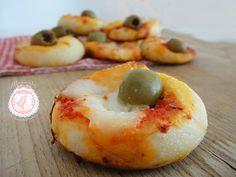 Le Pizzette morbide una ricetta facilissima per la merenda o per le feste di compleanno dei bambini. Sono facilissime e i bambini ne vanno matti.