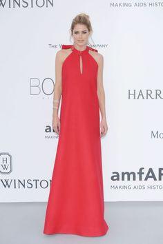 MINIMALISTISK: Doutzen Kroes hadde på seg en rød Margiela-kjole strippet for detaljer. Håret var stylet på en kul og laid back måte, og tilbehøret likeså. Foto: Getty Images