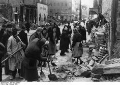 Berlin. Trümmerfrauen in der Friedrichstraße. Januar 1948.