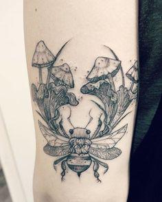 Little asymmetrical bee and chanterelles and fairy mushrooms for fellow artist K! Et Tattoo, Piercing Tattoo, Tattoo You, Neue Tattoos, Body Art Tattoos, Cool Tattoos, Tatoos, Mushroom Tattoos, Future Tattoos