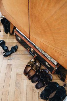 HAUS GLANZ! Zu Besuch bei Sharon Berkal Suitcase Decor, Miu Miu Ballet Flats, Hiking Boots, Design, Blog, Fashion, Sparkle, House, Homes