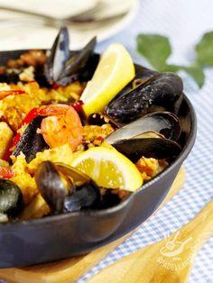 La Paella è un piatto unico valenciano famoso in tutto il mondo, da cucinare nella paellera. Provatelo nella versione Paella ricca, gustosissima! #paellaallecozze