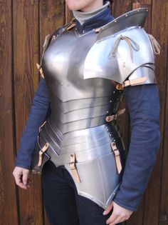 Looks more fantasy than functional, but not by much. The angle of the plates really helps the armor accentuate the figure of a woman, without exposing flesh. Female Armor, Female Knight, Cosplay, Costume Armour, Knight Costume, Medieval Armor, Larp Armor, Medieval Costume, Medieval Knight