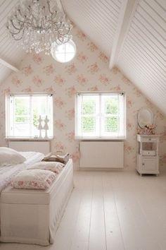 Airy, feminine, vintage bedroom. woonstijl.nl