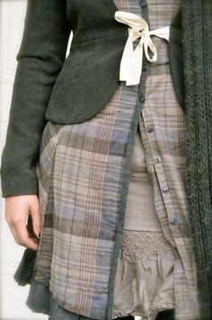Bella idea la chiusura della giacca a fiocco e gli strati di camicia e maglia sotto... sicuramente su una gonna lunga!