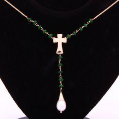 Colar esmeralda, cruz e pérola. Clique na imagem para saber o preço.