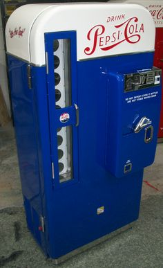 Retro Vintage Pepsi Machine Bars and Booths Soda Vending Machine, Coke Machine, Vending Machines, Vintage Cooler, Soda Machines, Old Country Stores, Vintage Appliances, Pepsi Cola, Soda Fountain