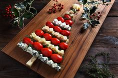 Retoño de queso y tomate - Il Natale del C / Christmas Finger Foods, Christmas Dishes, Christmas Cooking, Xmas Starters, Antipasto, Fusion Food, Xmas Food, Food Decoration, Kitchen Dishes