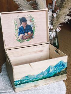 Handgemacht Erinnerungskisten aus Kiefer zur Aufbewahrung all der schönen Erinnerungstücke - Mutterpass, Ultraschallbilder, 1. Body etc. ⠀ ⠀ Gerne fertige ich dir auch eine Kiste mit deinem persönlichem Wunschdesign an. ⠀ Die individuelle Erinnerungskiste ist auch ein wunderbares Geschenk zur Geburt, Taufe, Geburtstag oder Weihnachten. ⠀ ⠀ #tritriwoodprints #erinnerungskiste #aufbewahrungskiste #individuellegeschenke #personalisiertegeschenke #handgemacht #nature #organic #woodprinting Kiefer, Decorative Boxes, Gift Wrapping, Gifts, Home Decor, Creative Gifts, Christmas, Personalized Gifts, Memories