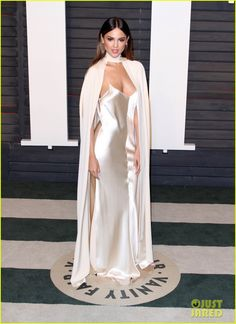 Kate Hudson Puts Her Leg on Display at Oscars 2016 Vanity Fair Party!: Photo Kate Hudson shows off so much leg in her sexy dress at the 2016 Vanity Fair Oscar Party held at the Wallis Annenberg Center for the Performing Arts on Sunday (February… Silk Satin Dress, Satin Dresses, Evening Outfits, Evening Dresses, Celebrity Dresses, Celebrity Style, Cool Summer Outfits, Vanity Fair Oscar Party, Gowns Of Elegance