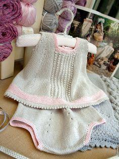 Conjunto de vestido evasé de 2 piezas para bebé. Combinado en dos tonos de algodón Siena 4ply de Rowan. http://www.artile.net/veraniegos/366-siena.html