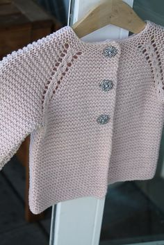 Ravelry: prjonandi's rilletrøje This is someone\\\\'s beautiful interpretation of a pattern on Ravelry - prjonandi\\\\'s rilletrøje, Cosy Baby CardiRavelry: Project Gallery for garter yoke baby cardi pattern by Jennifer HoelCosy Baby Cardigan 71528 Cardigan Bebe, Baby Boy Cardigan, Knitted Baby Cardigan, Toddler Sweater, Knit Baby Sweaters, Baby Cardigan Knitting Pattern, Baby Knitting Patterns, Baby Patterns, Crochet Patterns