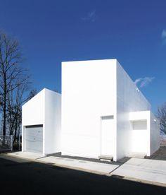 지형에 순응하며 주변 환경과 조화를 이룬 주택이 있다. 각 볼륨을 연결하는 사이 공간들이 열리고 닫히며 사람과 사람, 사람과 자연간의 소통을 유도한다. 건축적 화려함보다는 합리적인 공간 구성을 택한 House in Ise.Void & Light Court주택은 일본의 종교도시인 이세(Ise)市를 따라 남북으로 흐르는 아름다운 미야가와(Miyaga